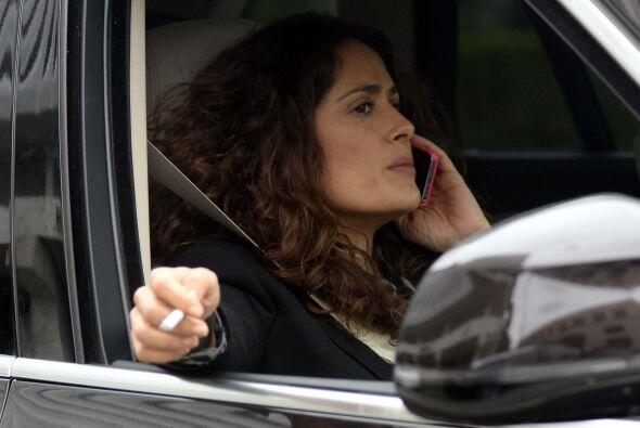 La veracruzana subió a su automóvil y comenzó a hablar por teléfono.