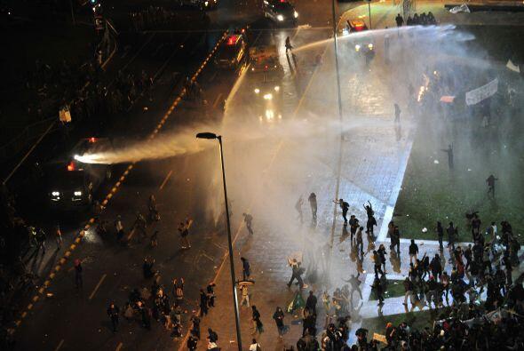 La policía dijo que por la noche se reunieron unas 30 mil personas sólo...