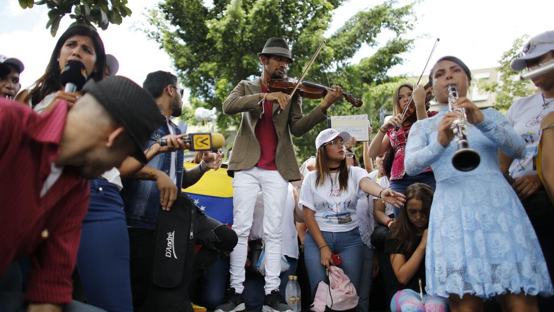 El violinista Wuilly Arteaga, al centro, y varios músicos ofrecen...