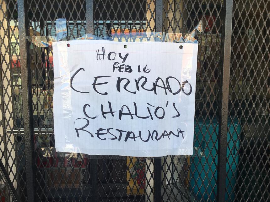 Cartel en la entrada de un restaurante en el Este de Los Ángeles.