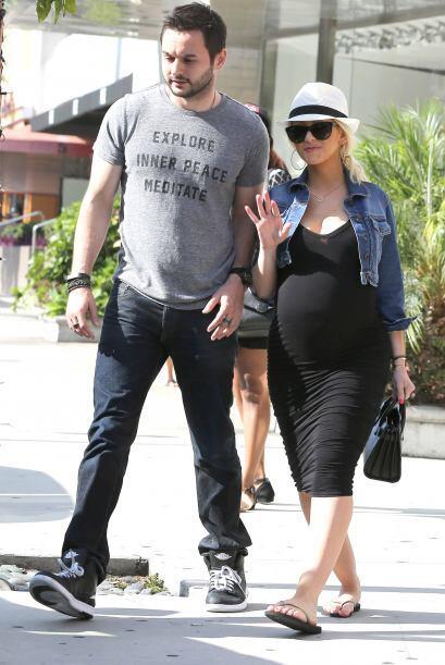 La cantante de 33 años salió a pasear con su pareja, Matthew Rutler, y n...