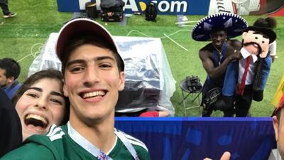 Mexicano se llevó su 'trofeo' del Mundial a cambio de un sombrero
