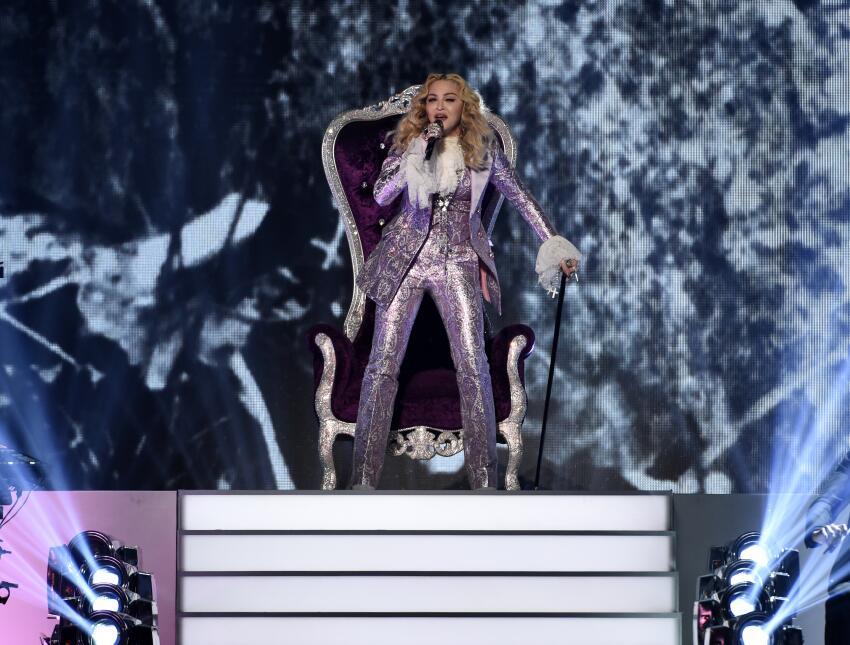 Madonna rinde homenaje a Prince en los Premios Billboard en la Arena T-M...