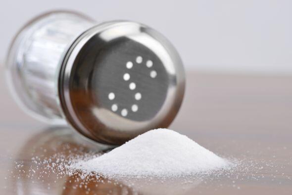Recoge salpicaduras con sal. Si parte del platillo que estabas cocinando...