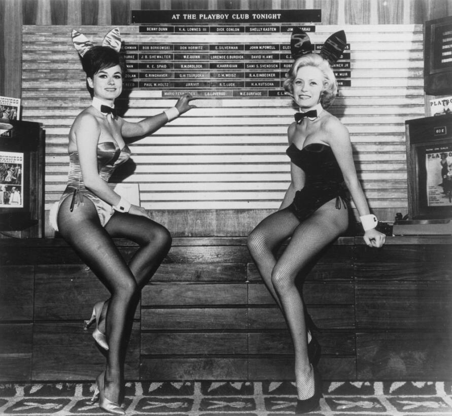 Dos 'conejitas' en el glamuroso 'The Playboy Club', uno...