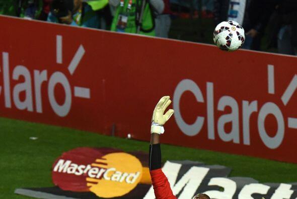 El arquero Dwayne Miller realizó una tremenda salvada a Lionel Messi que...