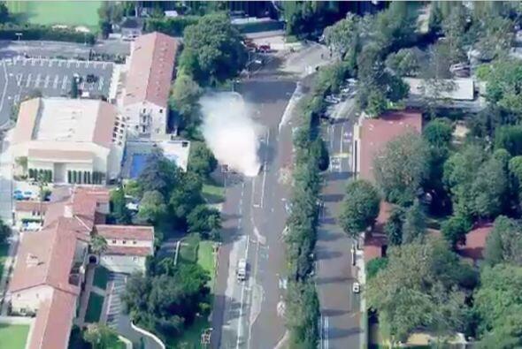 El chorro de agua subió unos nueve metros (30 pies), lo que dejó a perso...