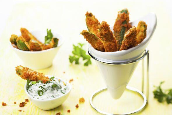 Cocción. Sumerge los trozos de zucchini en la mezcla de huevo, y luego r...