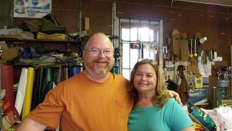 Bryan Holcombe y su esposa Karla Plain Holcombe, víctimas del tir...