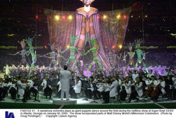 Se contó con una orquesta sinfónica mientras grandes títeres se movían a...