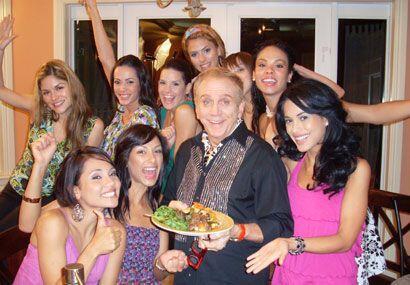 Las chicas presentan al nuevo chef, Osmel Sousa.
