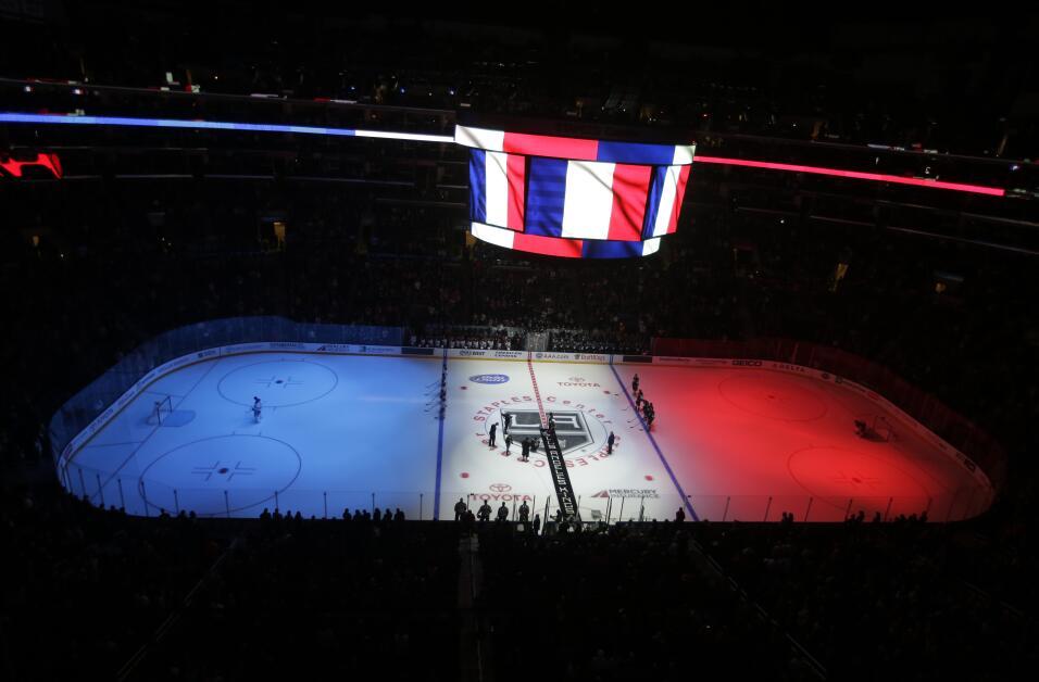 Homenaje a Francia en un choque de la liga checa de hockey sobre hielo.