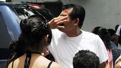 Un inmigrante indocumentado hondureño llora tras ser deportado de...