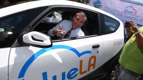 El alcalde de Los Ángeles, Eric Garcetti, probando un nuevo siste...