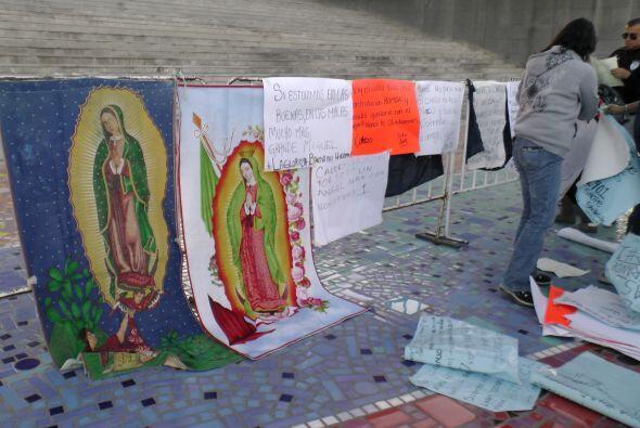 Al pie de una escalinata hicieron un altar para poner imágenes religiosa...