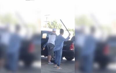 Empleada de gasolinera ataca el auto de un cliente con un bate