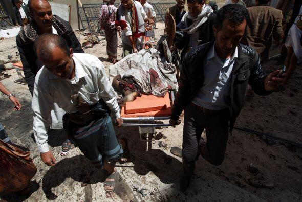 Una de las víctimas del ataque en la mezquita es trasladada.