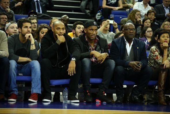 Los jugadores del Chelsea Cesc Fàbregas y Didier Drogba y el exfutbolist...