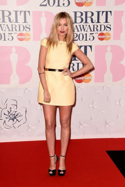 Laura Whitmore resaltó su bronceada piel en este mini color amarillo, au...