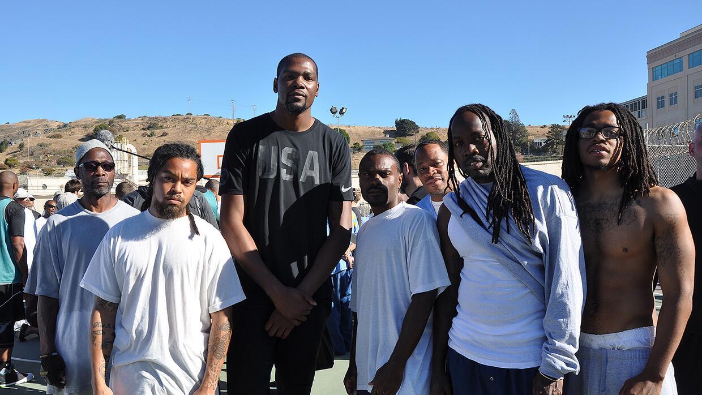 Kevin Durant en su primera visita ala Prisión Estatal de San Quin...