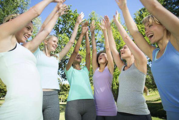 Hay ejercicios de risa y respiración, que pueden ser realizados de pie o...
