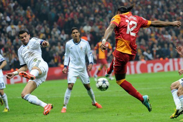 Después Drogba puso adelante al Galatasaray.