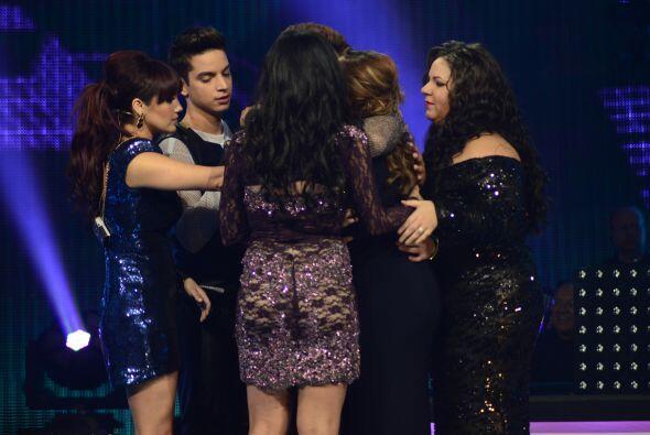 Los compañeros de Vivian fueron a abrazarla en el escenario.