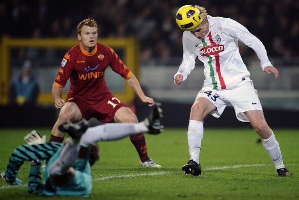 Minutos más tarde, la Roma se adueño del balón y comenzó a generar jugad...