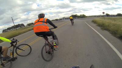 Vive la travesía de Carlos, el ciclista por asilo