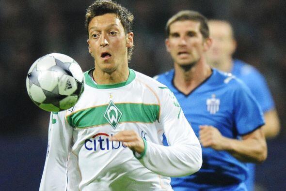 En el Bremen, Mesut fue aumentando su talento y poco a poco se ganó un p...