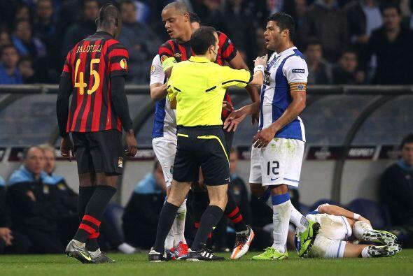 Las cosas se iban calentando entre algunos futbolistas, por lo que el ár...
