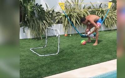 Cesc Fábregas ni esperó a que su hijo caminara y ya lo puso a patear un...