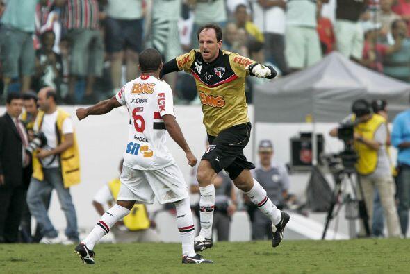 El portero Rogerio Ceni marcó el centésimo gol de su carrera deportiva y...