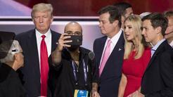 El presidente Donald Trump junto a Paul Manafort, quien por un tiempo fu...