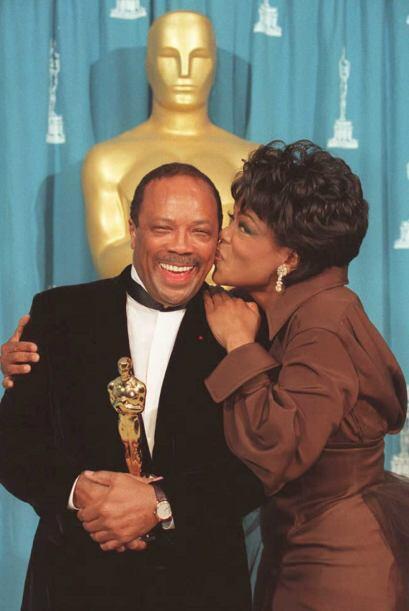 """Besando a Quincy Jones, quien recibió un """"scar en 1995.  Mir..."""