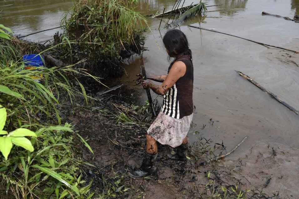 Pobladores limpian un derrame de petróleo este martes, 9 de febrero de...
