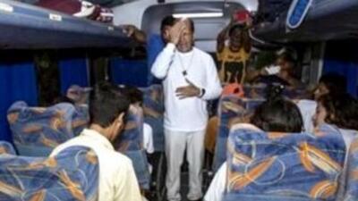La salida de la Caravana con el sacerdote Alejandro Solalinde. (Imagen t...