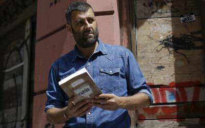 El autor Nacho Carretero con su obra, Fariña.