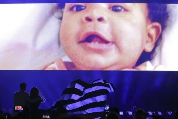 En las imágenes de la gira también incluyeron clips de Blue Ivy de recié...