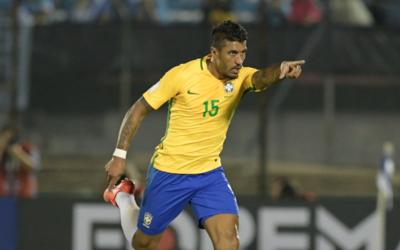 Paulinho celebra un gol con Brasil