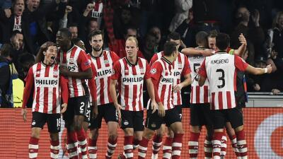 De Jong mete al PSV en lucha por liderato