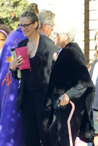 Julia llevaba del brazo a su mamá, quien tiene dificultad para caminar....