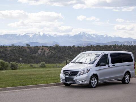 Mercedes-Benz presentó al Metris, una van de tamaño median...