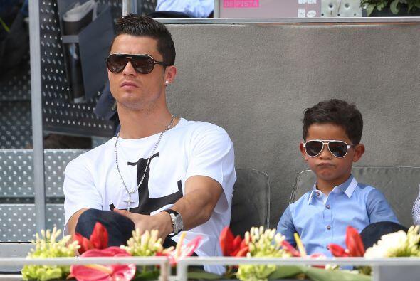 Tarde de tenis de CR7, su hijo y el Madrid f91e6f90f9724c22a2531380572c2...