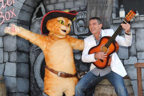 El actor Antonio Banderas llegó con todo guitarra a la premiere d...