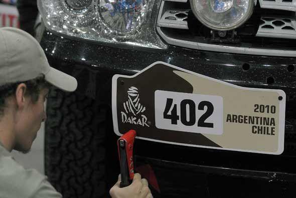 No se puede olvidar la placa de cada vehículo con la insignia del rally.