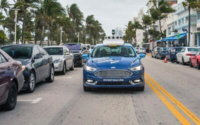 Un vehículo de manejo autónomo Ford recorre las valles de...