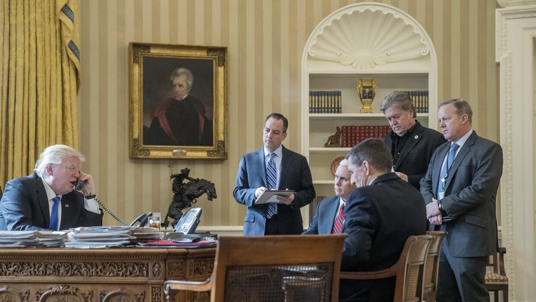 Donald Trump (i), habla desde la Casa Blanca con el presidente ruso Vlad...
