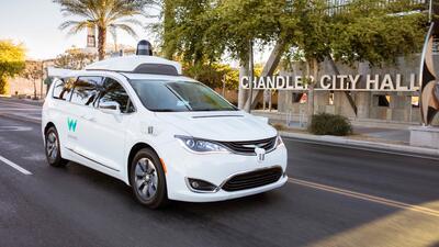 Chrysler Pacifica de manejo autónomo preparada por Waymo.