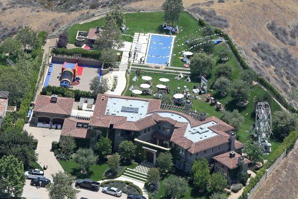 Aquí va un vistazo aéreo a la mansión de las Kardashian, ¡con todo y rue...